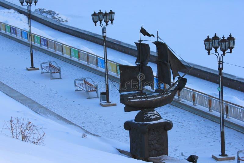 NASCER DE O SOL Tura Embankment e o ` do navio do ` da escultura Tyumen Russo Sibéria imagens de stock