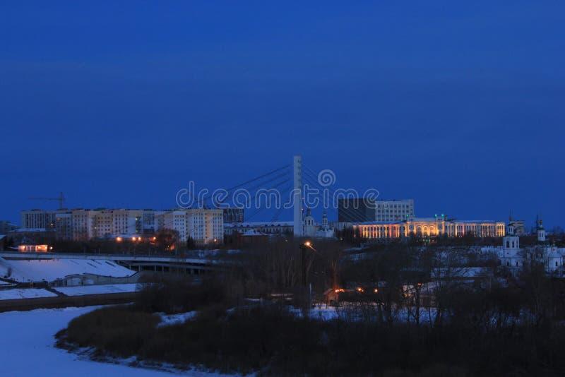 NASCER DE O SOL Tura Embankment e a ponte dos amantes Tyumen Russo Sibéria foto de stock royalty free