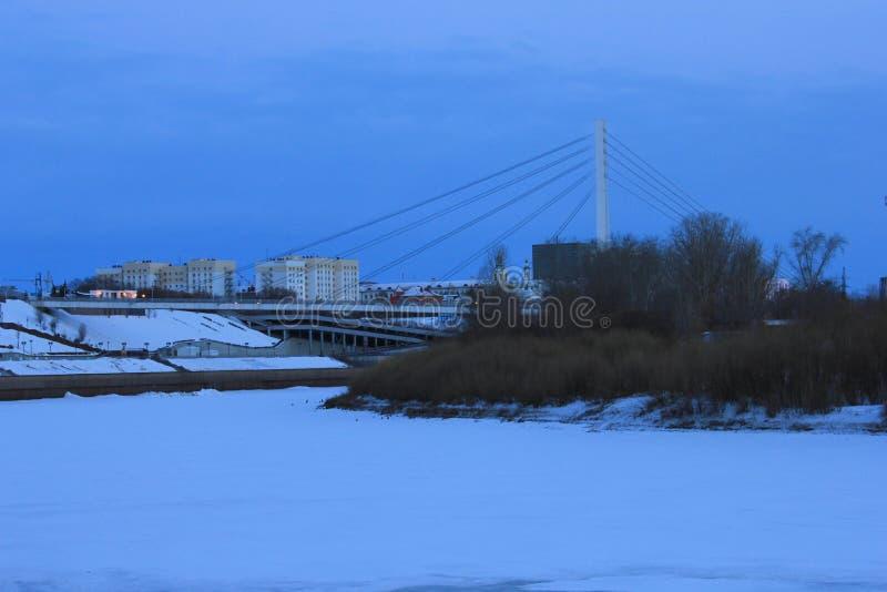 NASCER DE O SOL Tura Embankment e a ponte dos amantes Tyumen Russo Sibéria imagem de stock