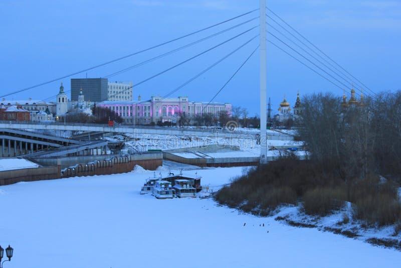 NASCER DE O SOL Tura Embankment e a ponte dos amantes Tyumen Russo Sibéria fotografia de stock royalty free