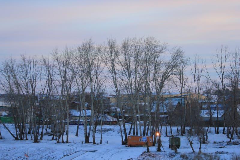 NASCER DE O SOL Vista de Tura Embankment ao banco esquerdo do rio de Tura Tyumen Russo Sibéria imagens de stock