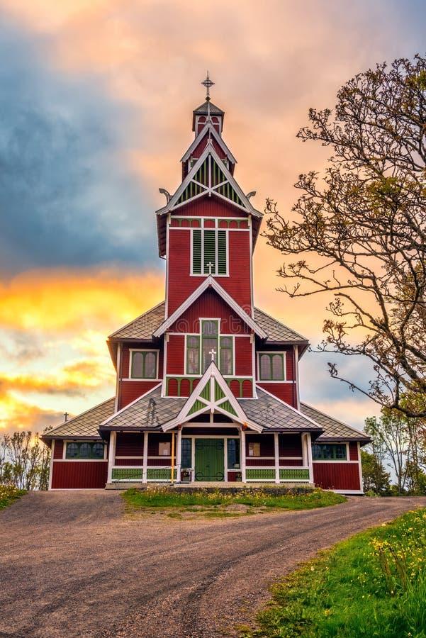 Nascer do sol acima da igreja de Buksnes em Ballstad, Noruega fotografia de stock