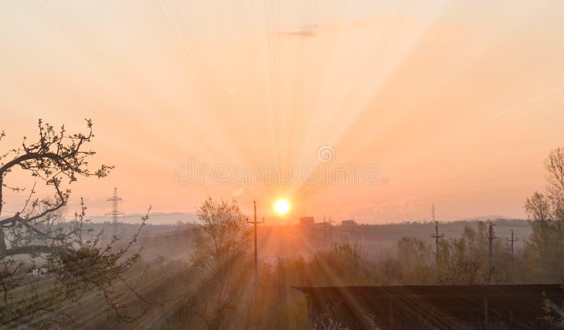 Nascer do sol adiantado de surpresa em um dia de mola bonito com um céu claro brilhante imagem de stock