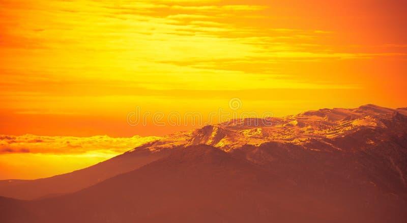 Nascer do sol alaranjado brilhante muito bonito fotografia de stock