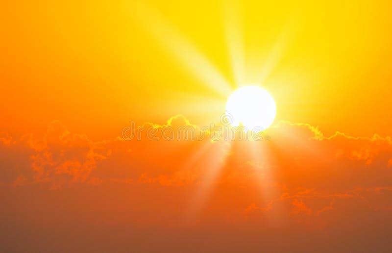 Nascer do sol alaranjado brilhante sobre nuvens imagens de stock royalty free