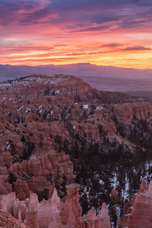 Nascer do sol alaranjado e cor-de-rosa sobre Bryce fotografia de stock royalty free