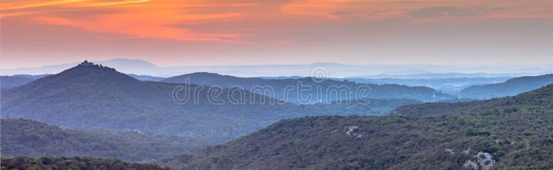 Nascer do sol alaranjado do panorama sobre o parque nacional de Cevennes fotografia de stock