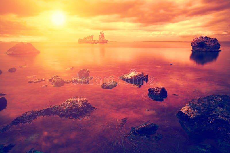 Nascer do sol alaranjado sobre o mar imagens de stock royalty free