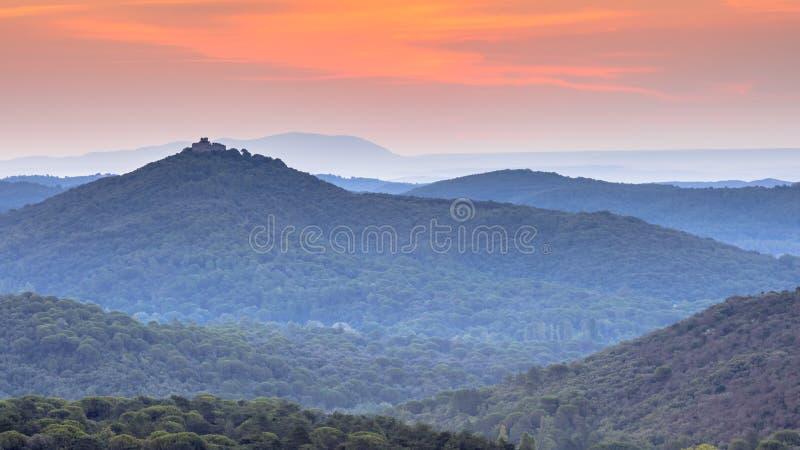Nascer do sol alaranjado sobre o parque nacional de Cevennes fotos de stock royalty free
