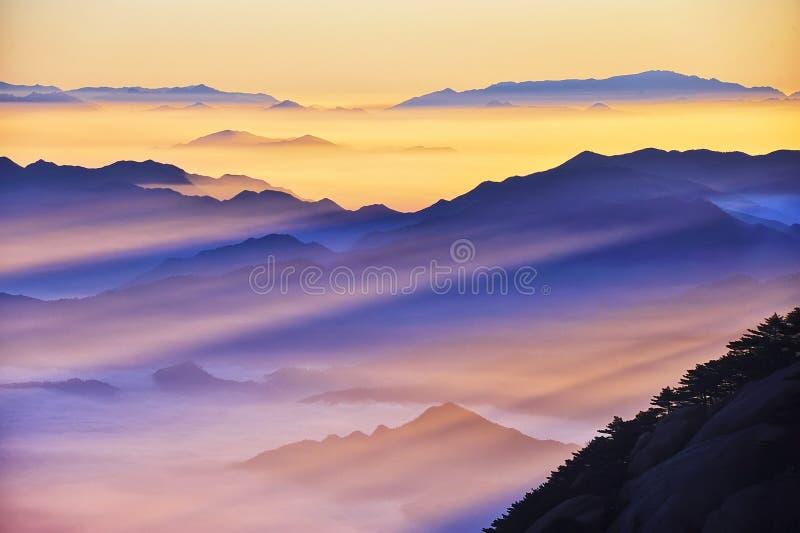 Nascer do sol (amarelo) da montanha de Huangshan foto de stock