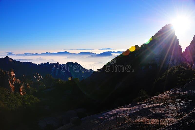 Nascer do sol (amarelo) da montanha de Huangshan imagens de stock royalty free