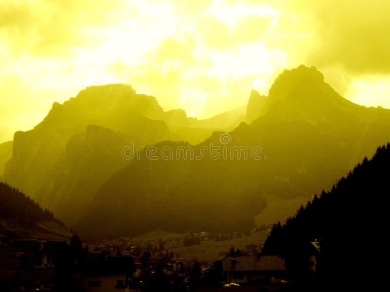 Nascer do sol amarelo na montanha do Cir imagem de stock