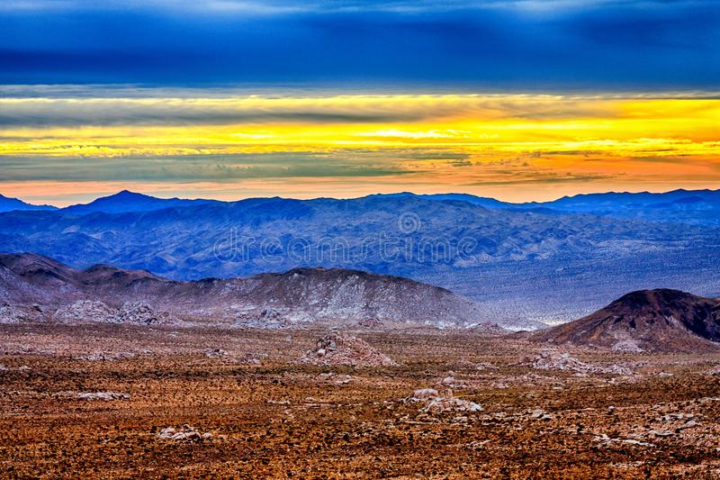 Nascer do sol amarelo surpreendente sobre o deserto foto de stock