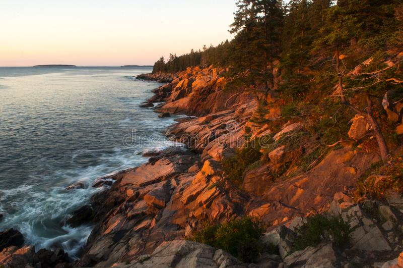 Nascer do sol ao longo da costa do parque nacional do Acadia, Maine fotografia de stock royalty free