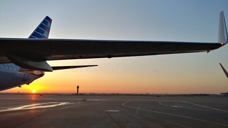 Nascer do sol atrás de uns 737 fotos de stock royalty free