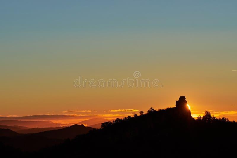 Nascer do sol atr?s da montanha imagem de stock