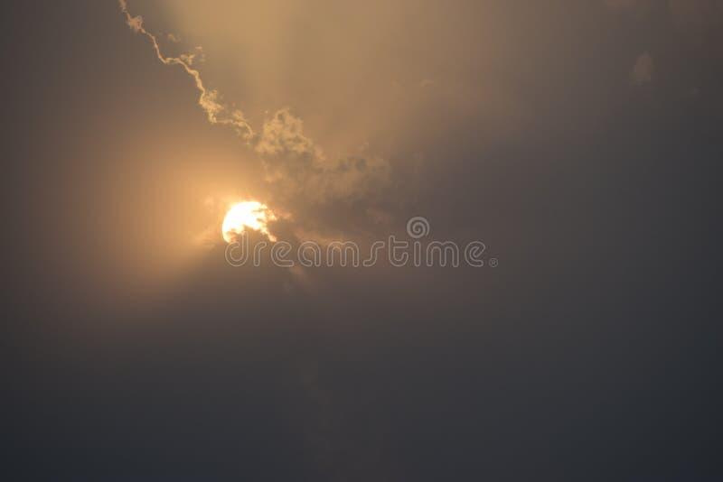 Nascer do sol através das nuvens imagens de stock