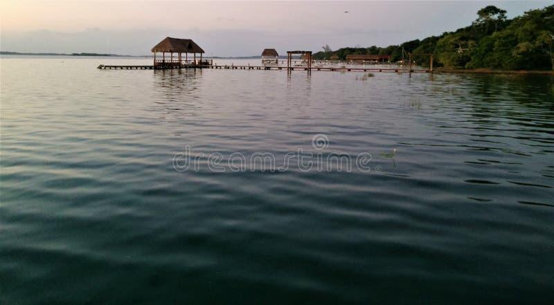 nascer do sol Bacalar, águas calmas, começa o azul fotos de stock