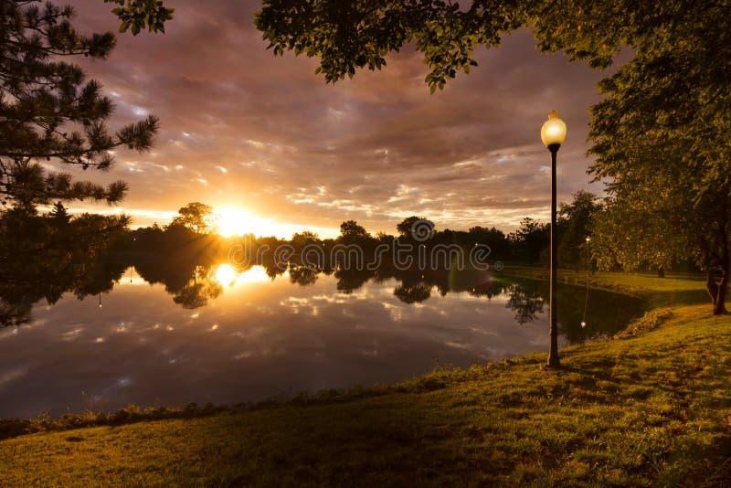 Nascer do sol bonito com as nuvens dramáticas em América cidade-campo pequena fotos de stock