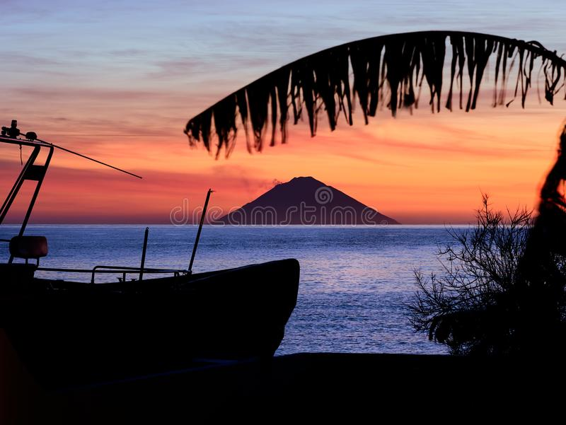 Nascer do sol bonito com o vulcão de Stromboli visto da ilha do Salina nas ilhas eólias, Sicília, Itália foto de stock royalty free