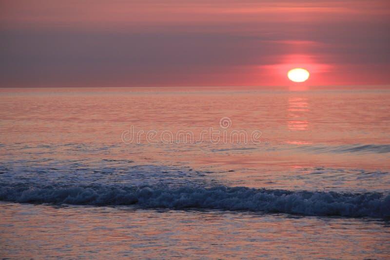 Nascer do sol bonito com tons cor-de-rosa e sol que aumenta no horizonte imagem de stock royalty free