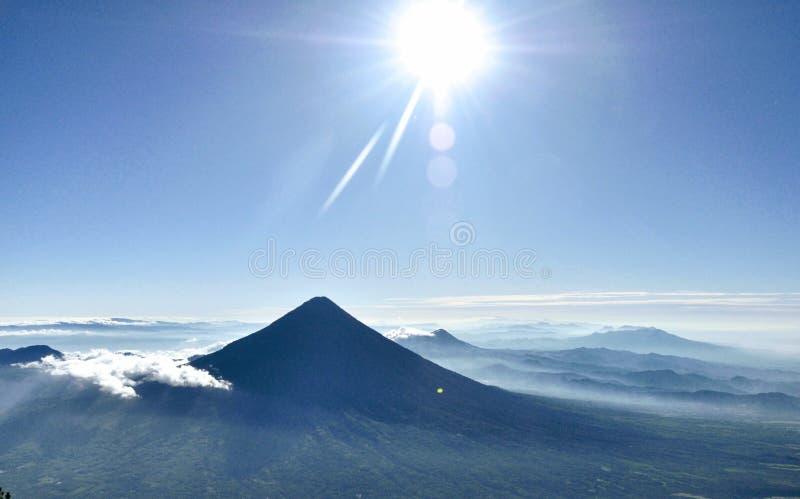 Nascer do sol bonito e céu azul do vulcão imagem de stock