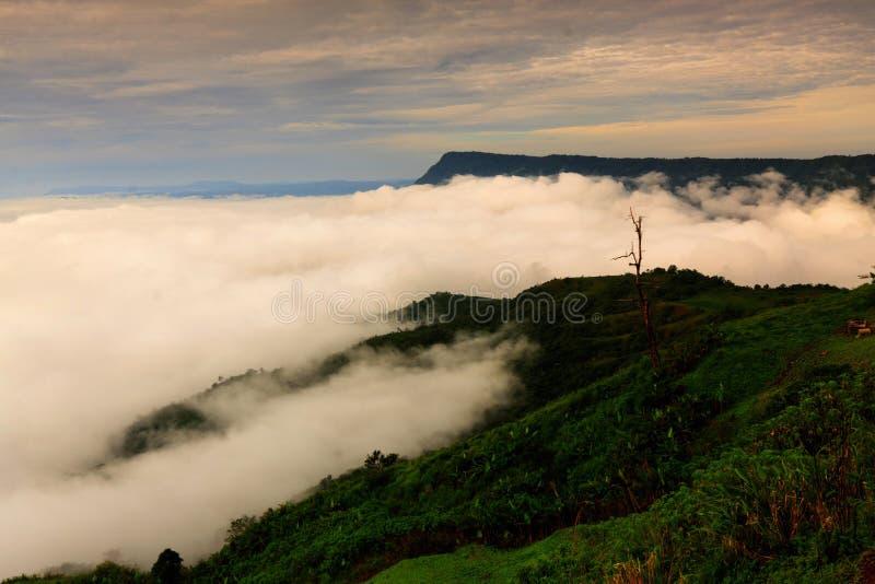 Nascer do sol bonito e nuvem na vila de Hmong em Phu Thap Boek, T imagens de stock royalty free