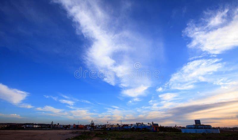 Nascer do sol bonito e nuvens dramáticas no céu fotos de stock