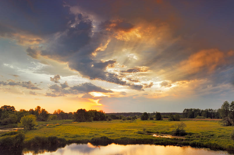 Nascer do sol bonito e nuvens dramáticas no céu. fotografia de stock royalty free