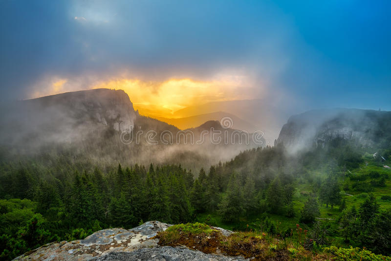 Nascer do sol bonito em montanhas de Ceahlau, Romênia fotos de stock
