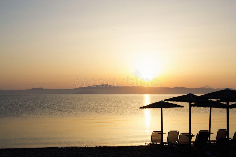 Nascer do sol bonito na praia da areia fotografia de stock