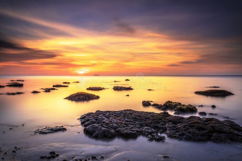 Nascer do sol bonito na praia do SG Pagar, Labuan malaysia fotografia de stock royalty free
