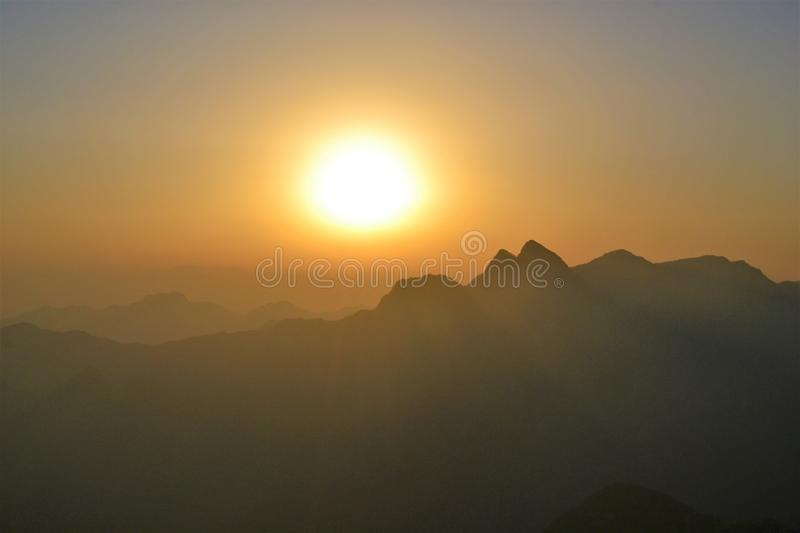 Nascer do sol bonito no ano novo na montanha de Huashan, Shaanxi, China fotos de stock