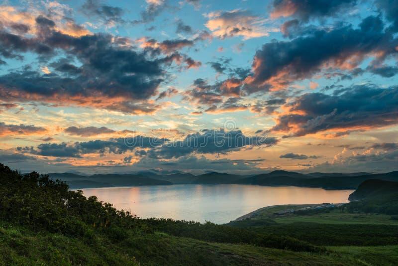 Nascer do sol bonito no golfo de Vladimir foto de stock royalty free
