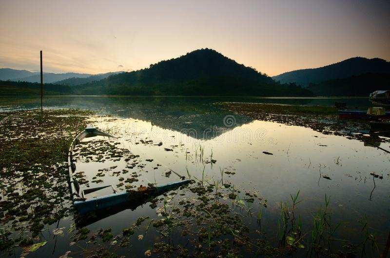 Nascer do sol bonito no lago dos beris, sik kedah malaysia fotografia de stock