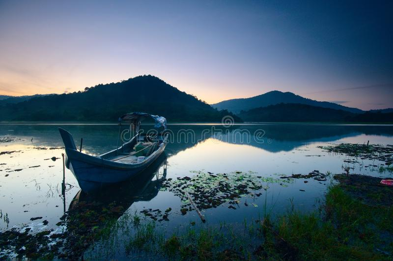 Nascer do sol bonito no lago dos beris, sik kedah malaysia foto de stock royalty free