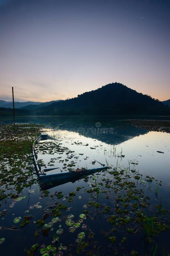 Nascer do sol bonito no lago dos beris, sik kedah malaysia fotos de stock royalty free