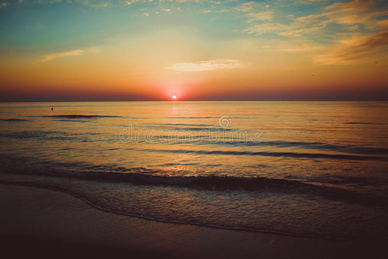 Nascer do sol bonito no Mar Negro em Mamaia, Romênia imagens de stock royalty free