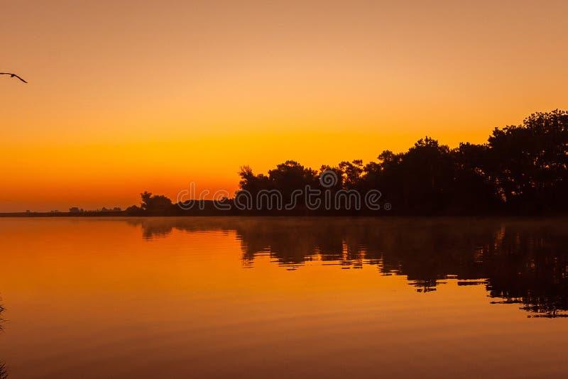 Nascer do sol bonito no rio de Dnieper imagem de stock