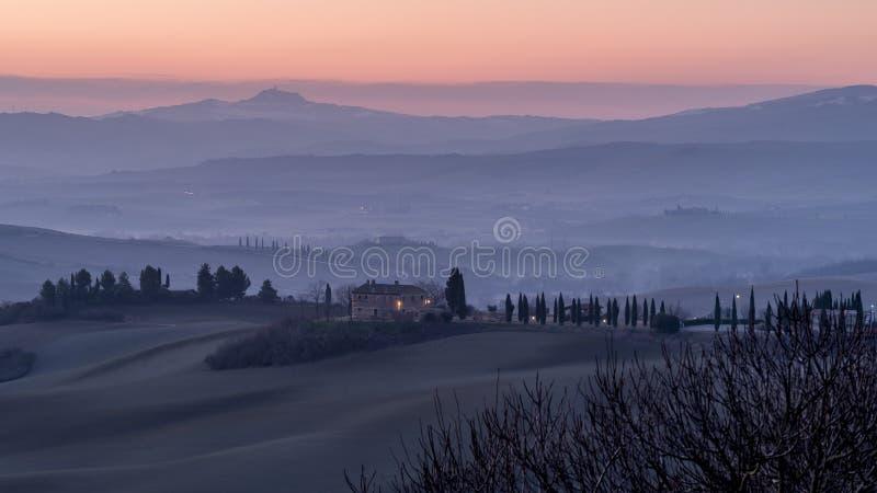 Nascer do sol bonito nos montes Tuscan entre San Quirico d 'Orcia e Rocca di Radicofani, Siena, Itália imagem de stock royalty free
