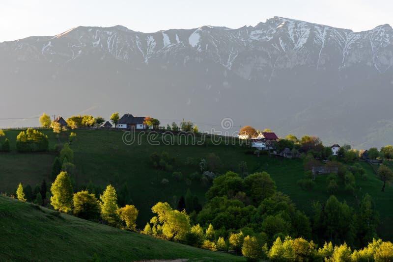 Nascer do sol bonito sobre casas na vila de Magura, Romênia, Europa imagem de stock royalty free