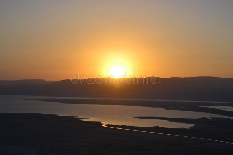 Nascer do sol bonito sobre a fortaleza de Masada Ruínas do palácio do rei Herod no deserto de Judean, Israel imagem de stock royalty free