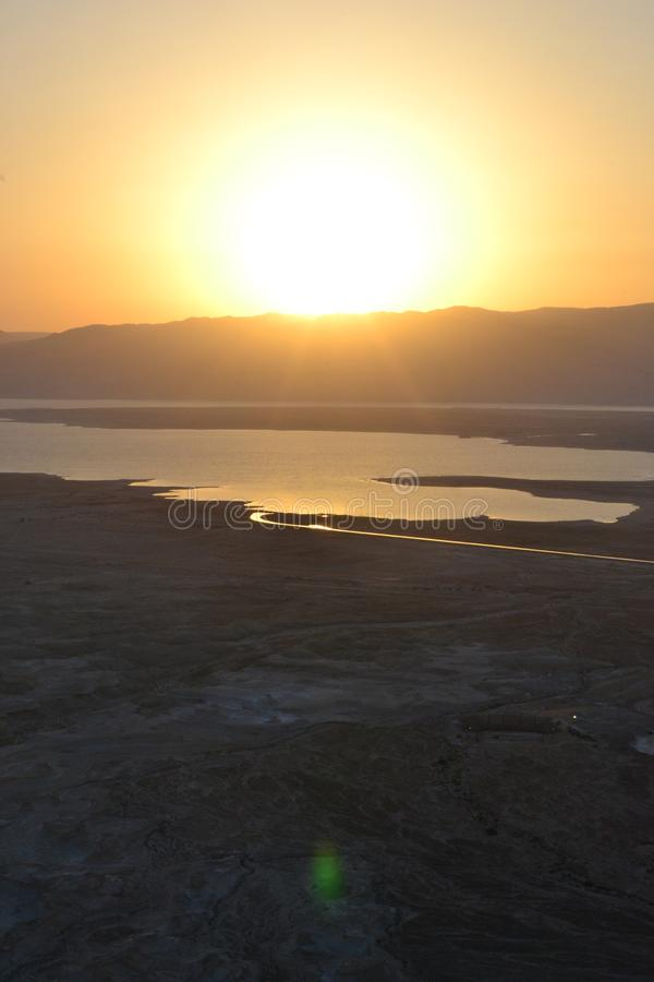 Nascer do sol bonito sobre a fortaleza de Masada Ruínas do palácio do rei Herod no deserto de Judean, Israel imagens de stock royalty free