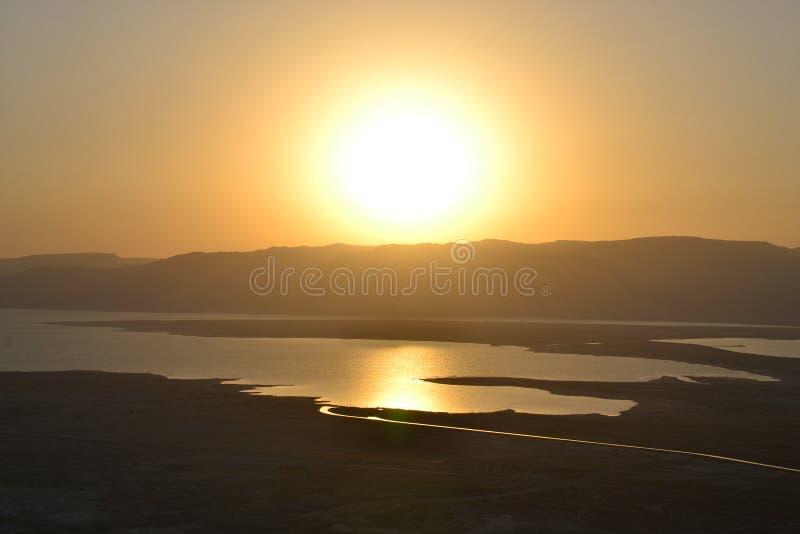 Nascer do sol bonito sobre a fortaleza de Masada Ruínas do palácio do rei Herod no deserto de Judean, Israel foto de stock