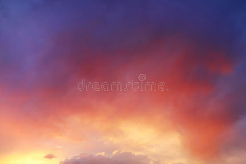 Nascer do sol bonito sobre nuvens fotos de stock