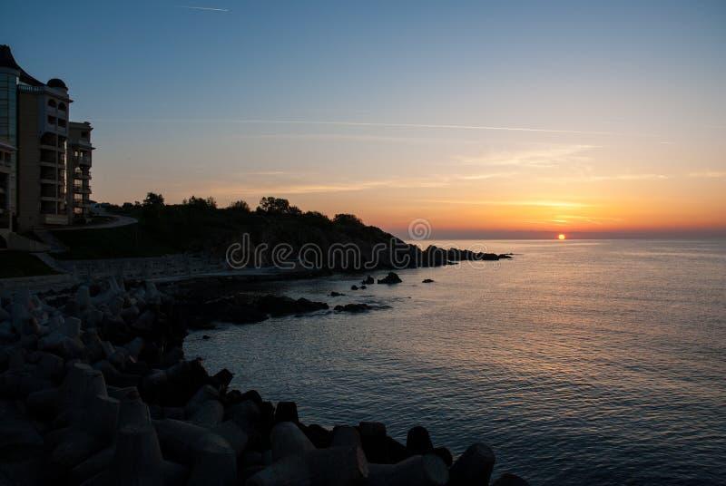 Nascer do sol bonito sobre o mar em Bulgária fotos de stock royalty free