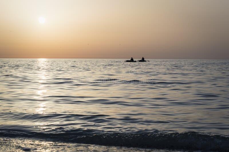 Nascer do sol bonito sobre o mar, estrada do sol, pescadores fotografia de stock royalty free