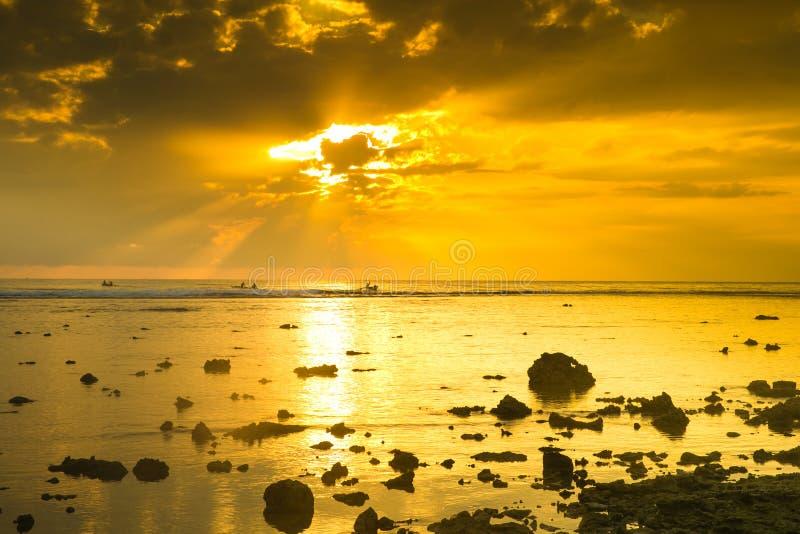 Nascer do sol bonito sobre a praia imagem de stock
