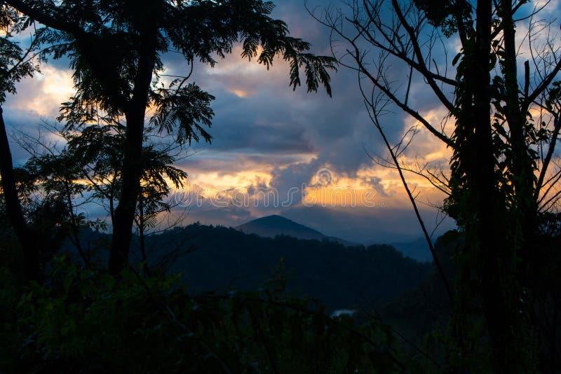 nascer do sol, céu colorido, opinião da paisagem uma montanha da escala imagens de stock royalty free