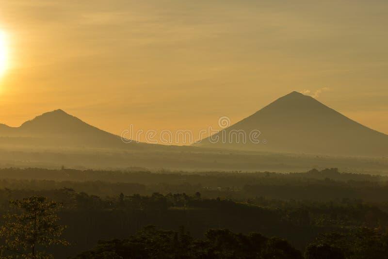 Nascer do sol cênico e névoa no vulcão de Batur e de Agung, Kintamani, Bali, Indonésia Opinião do vulcão de Batur, paisagem do na imagens de stock royalty free
